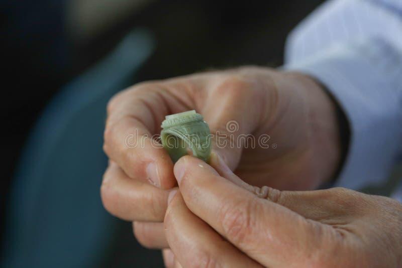 Artigiano con una muffa dell'anello fotografie stock