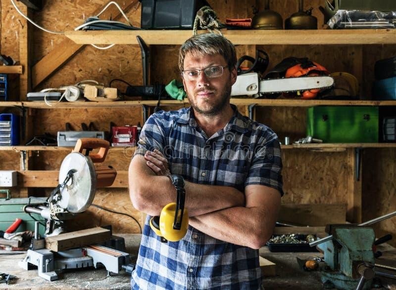 Artigiano nel suo negozio di legno fotografia stock libera da diritti