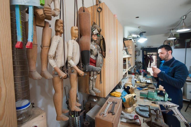 Artigiano siciliano del burattino sul lavoro fotografie stock libere da diritti