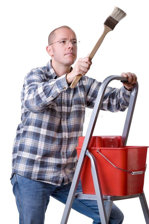 Artigiano su una scaletta con una spazzola immagini stock libere da diritti