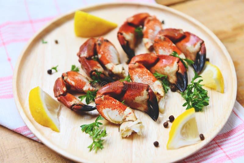 Artiglio rosso del granchio di pietra - ha cucinato i granchi bolliti sul piatto di legno con il limone su frutti di mare serviti immagini stock libere da diritti