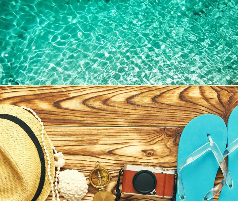 Artigos da praia no molhe foto de stock royalty free