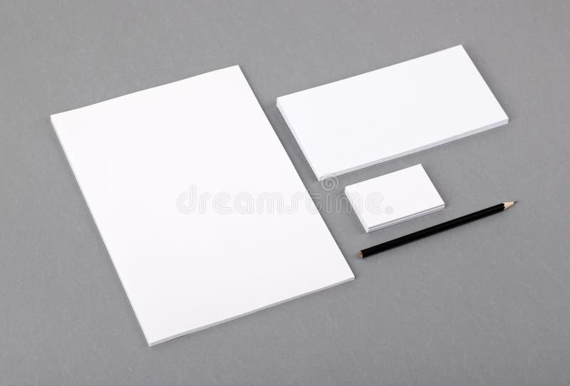 Artigos de papelaria básicos vazios. Cabeçalho liso, cartão, envelope imagens de stock