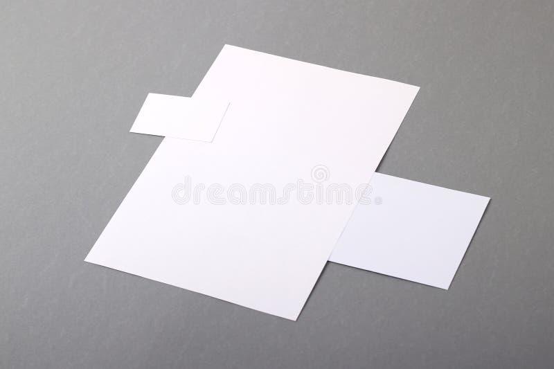 Artigos de papelaria básicos vazios. Cabeçalho liso, cartão, envelope imagem de stock