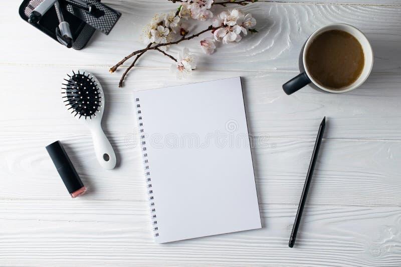 Artigos de papelaria do escrit?rio, telefone, caderno, caf? e pensil, escritor fotografia de stock