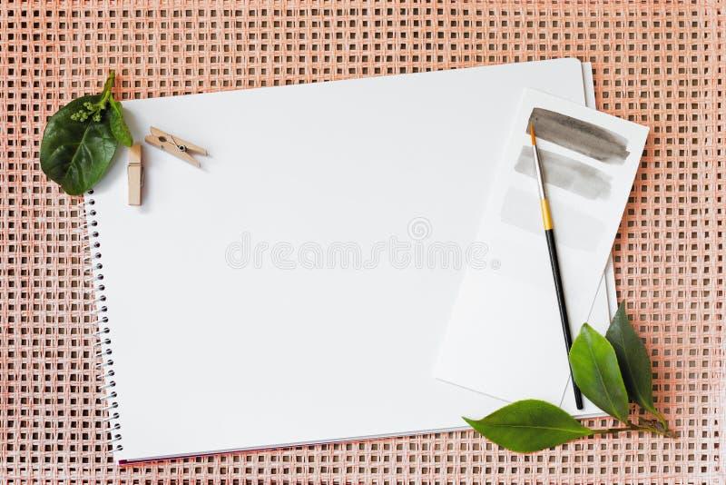 Artigos de papelaria flatlay, com uma sensação natural, fundo coral fotografia de stock
