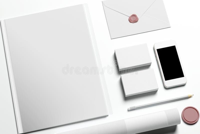 Artigos de papelaria vazios no branco fotografia de stock royalty free