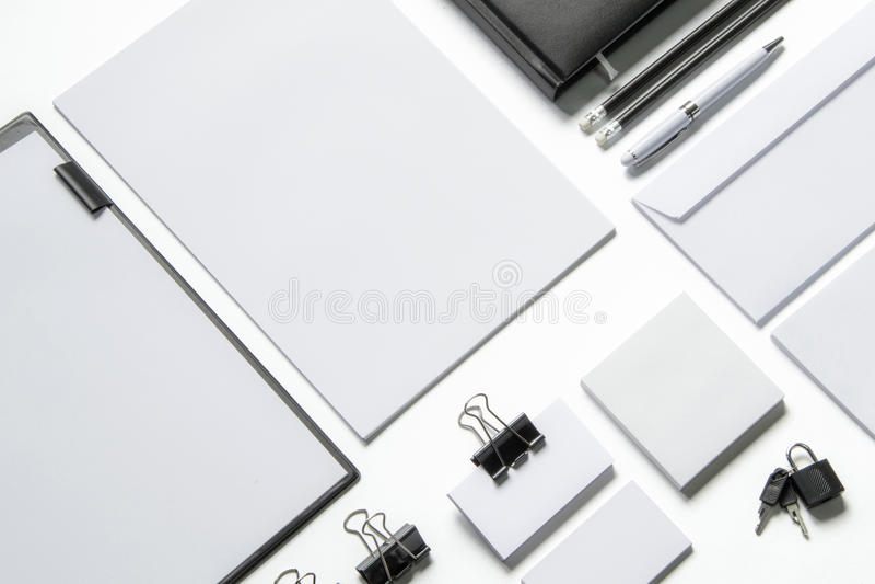 Artigos de papelaria vazios no branco imagem de stock