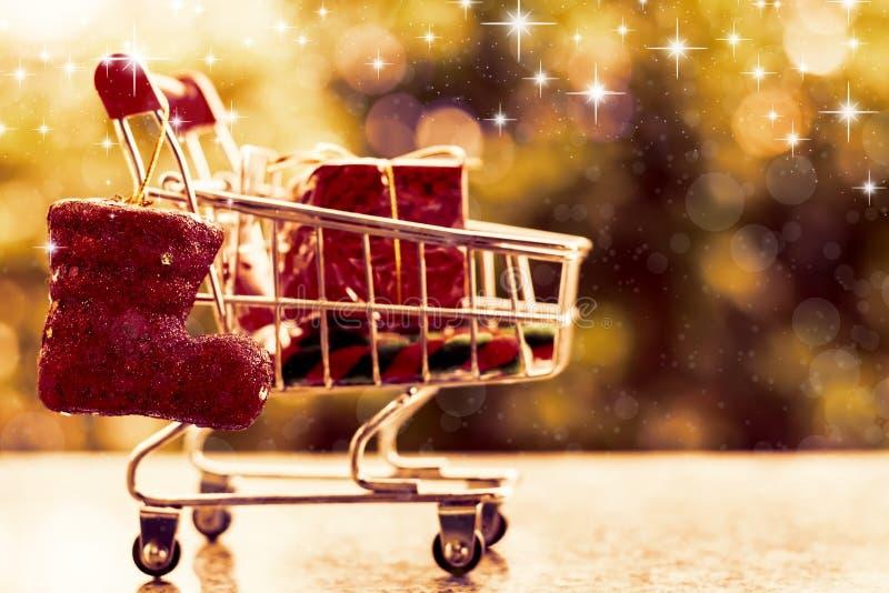 Artigos decorativos do Xmas no mini carrinho de compras ou trole fotos de stock royalty free