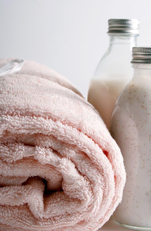 Artigos do banho (sabão, champô, toalha) fotografia de stock