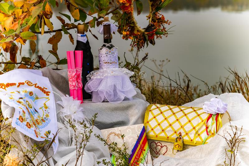Artigos do casamento, composição da parafernália festiva para o casamento Cenário colorido na natureza, foto para a memória imagem de stock