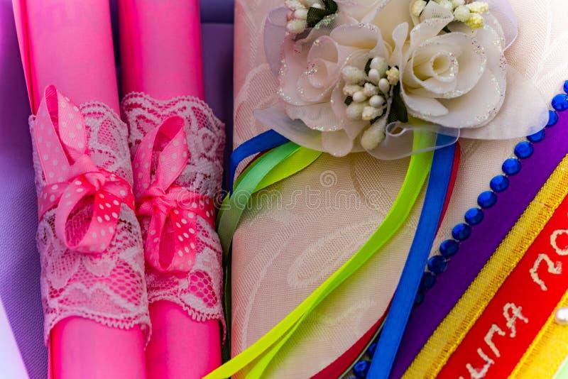 Artigos do casamento, composição da parafernália festiva para o casamento Cenário colorido na natureza, foto para a memória foto de stock royalty free