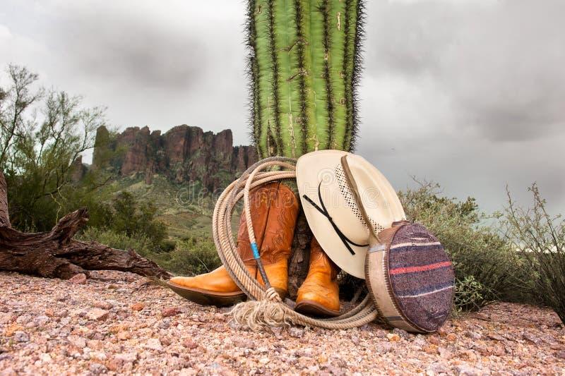 Artigos do cowboy no deserto imagens de stock