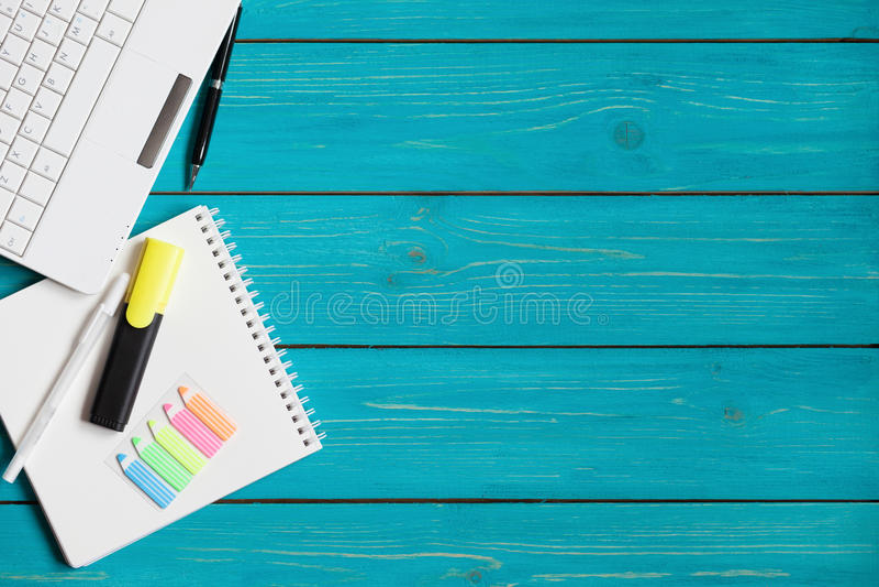 Artigos do escritório em uma tabela de turquesa com espaço para seu texto foto de stock