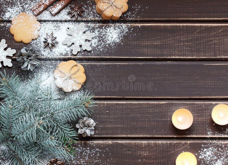 Artigos do Natal na placa de madeira fotos de stock royalty free