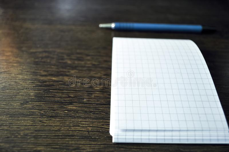 Artigos dos artigos de papelaria que encontram-se no desktop Coloque para trabalhar em casa de imagens de stock royalty free