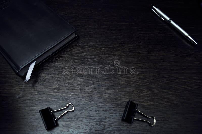 Artigos dos artigos de papelaria que encontram-se no desktop Coloque para trabalhar em casa de fotografia de stock royalty free