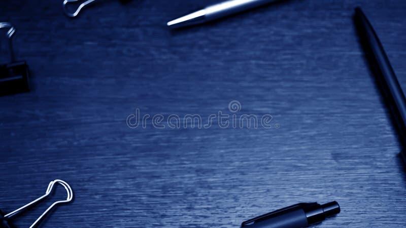 Artigos dos artigos de papelaria que encontram-se no desktop Coloque para trabalhar em casa de foto de stock royalty free