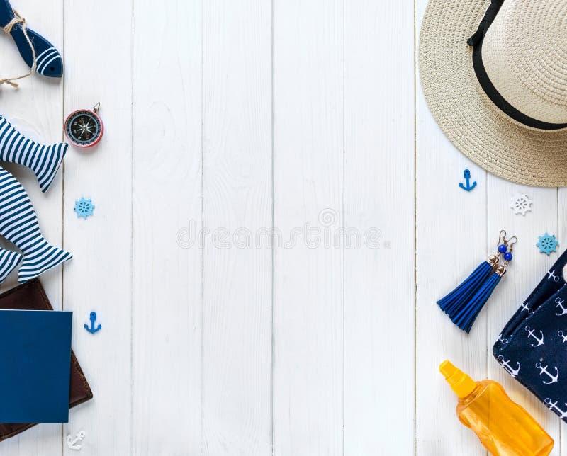 Artigos marinhos no fundo de madeira Objetos do mar: chapéu de palha, roupa de banho, peixe, escudos Configuração lisa, espaço da fotos de stock royalty free