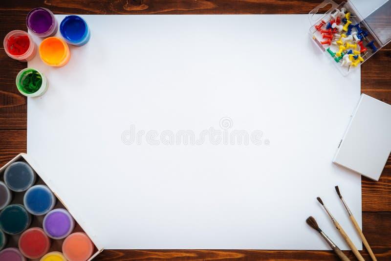 Artigos para pintar na tabela de madeira marrom foto de stock