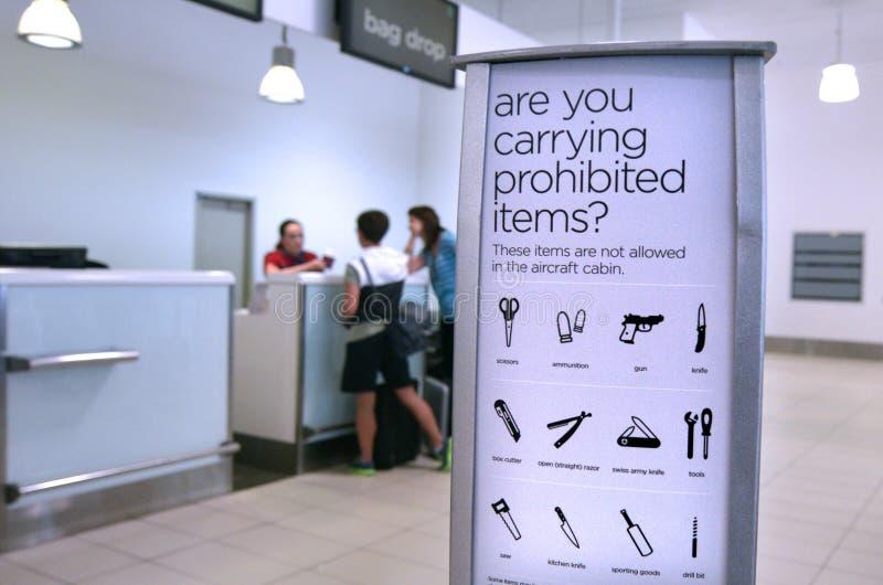 Artigos proibidos e restringidos da segurança aeroportuária - da bagagem imagens de stock