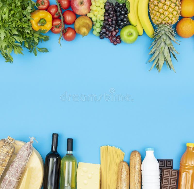 Artigos saudáveis frescos das compras na mercearia imagens de stock