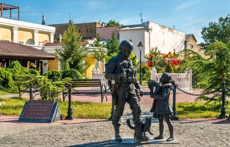 Artigt folk, en monument till rysssoldaterna som deltog i annekteringen av Krim i 2014 Simferopol royaltyfri fotografi