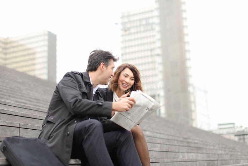 artikel van de ingenieurs het mannelijke en vrouwelijke lezing over bedrijf binnen royalty-vrije stock afbeelding