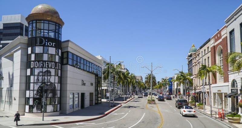 Artikeln med ensamrätt och det dyrt shoppar i Beverly Hills - LOS ANGELES - KALIFORNIEN - APRIL 20, 2017 arkivfoton