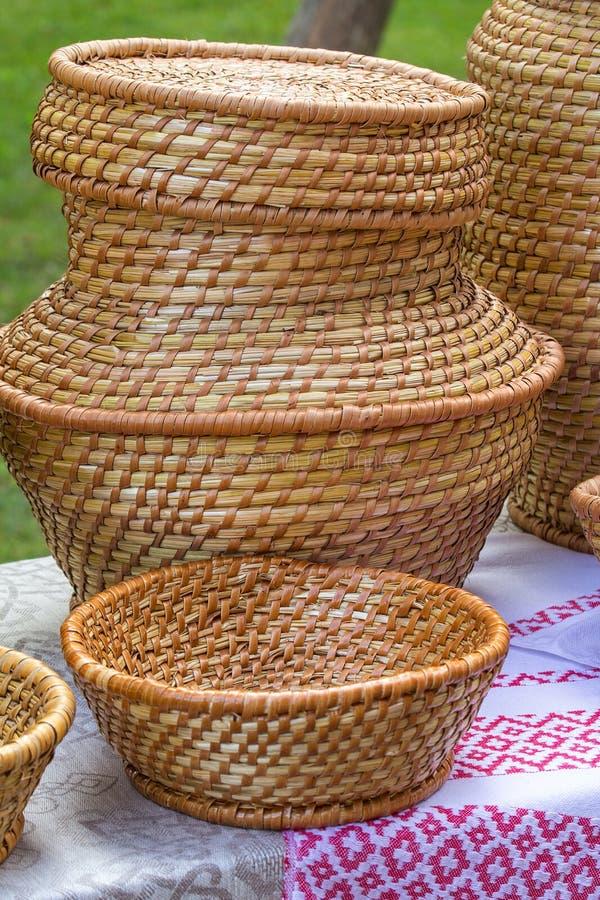 Artiklar av sugrör och vinrankorna är handgjorda arkivfoton