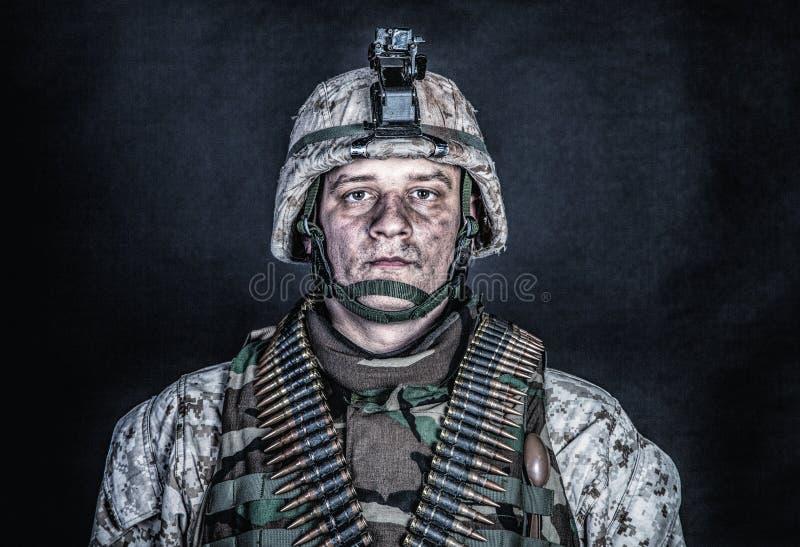 Artilheiro de máquina marinho com as correias da munição na caixa fotografia de stock