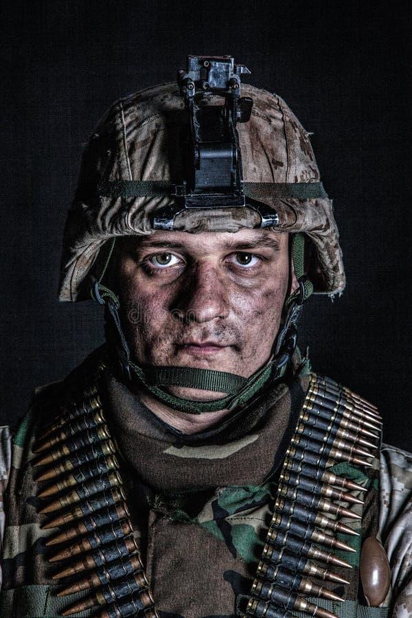 Artilheiro de máquina marinho com as correias da munição na caixa fotos de stock