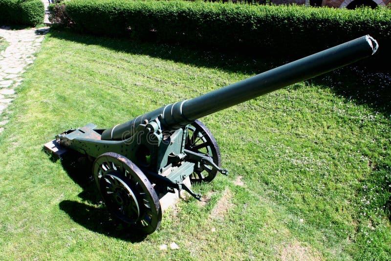 Artilleri är en grupp av stora militära vapen som byggs för att avfyra ammunitionar arkivfoton