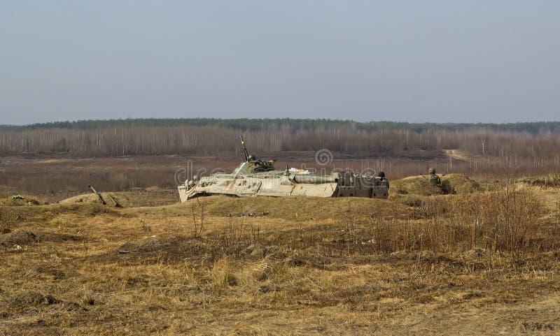 Artilleribehållare på militärt nederlag i gräs royaltyfri fotografi