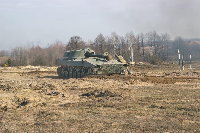 Artilleribehållare på militärt nederlag i gräs fotografering för bildbyråer