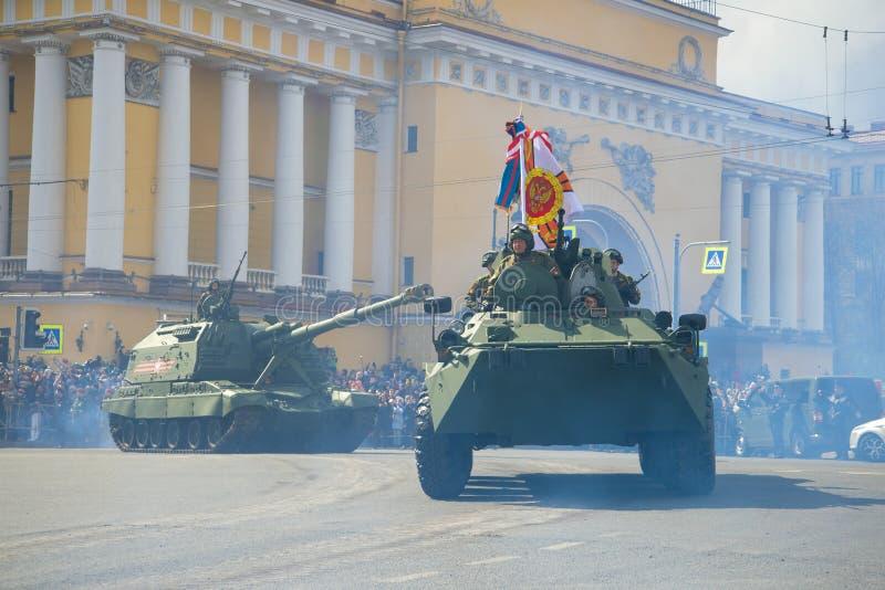 Artillerie autopropulsée du char d'assaut BTR-82A et du Msta-S images libres de droits
