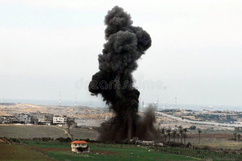 Artilleriexplosion i Gazaremsan arkivbild