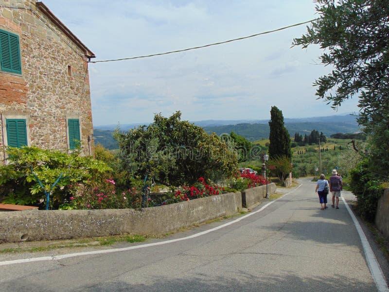 Artimino, Toscanië, Italië, comfortabele straten van de stad met toeristen, mening stock fotografie