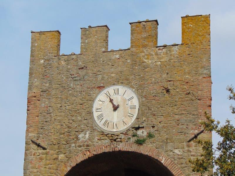 Artimino, Toscani?, Itali?, turreted deur-Porta turrita met klok, mening royalty-vrije stock afbeelding