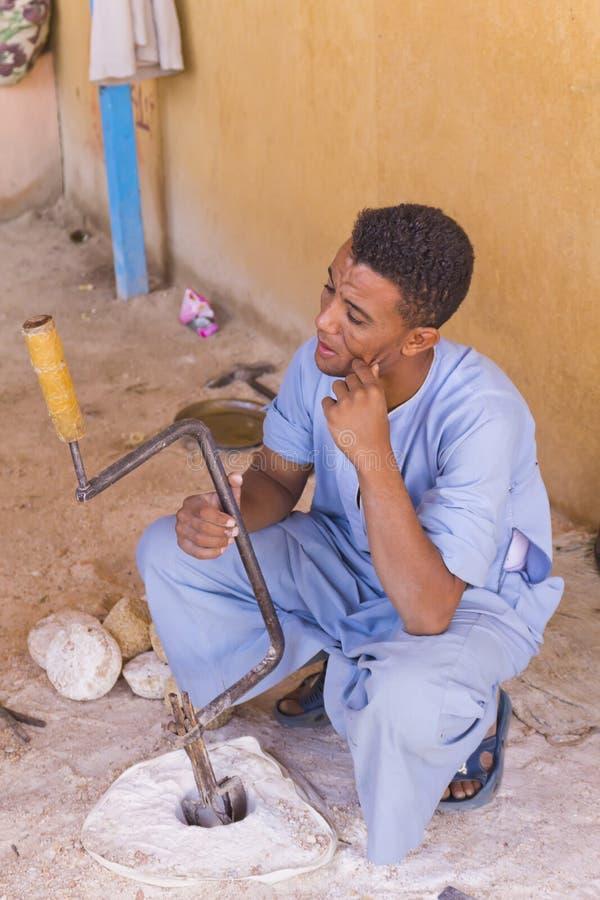 Artisan dans l'atelier d'albâtre (Egypte) photo libre de droits