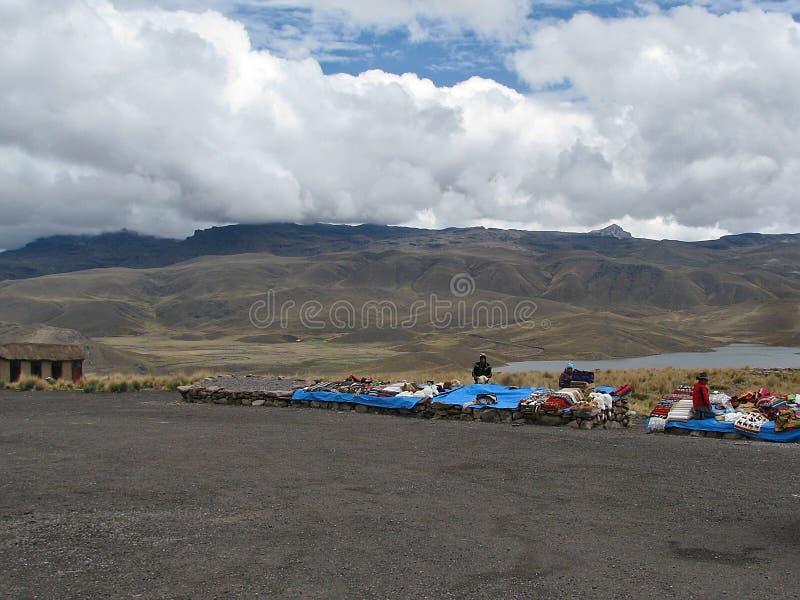 Artisan dans le lac parmi les montagnes à Arequipa, Pérou images libres de droits