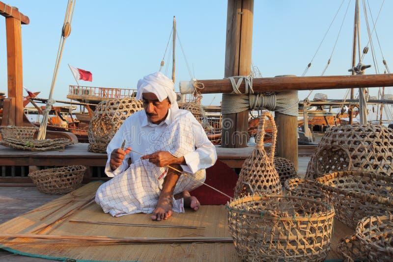 Artisan faisant les paniers de pêche traditionnels photo libre de droits