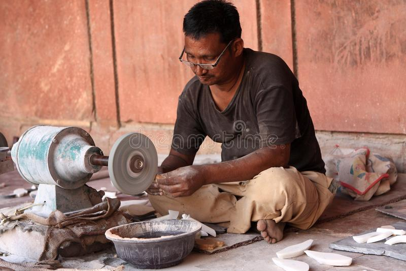 Artisan indien au travail dans Taj Mahal, Âgrâ, Inde photo stock