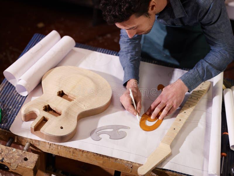 Artisan italien travaillant dans l'atelier de lutemaker photographie stock libre de droits