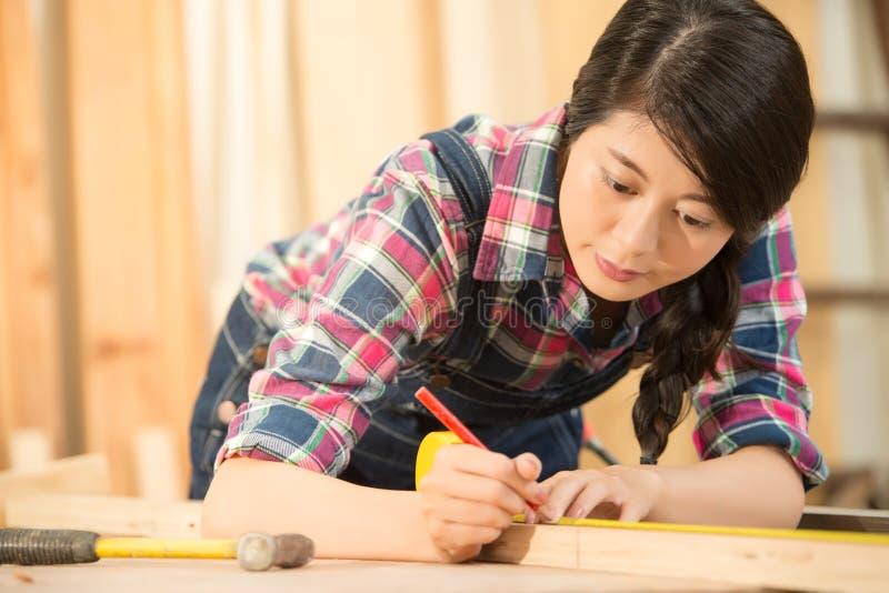 Artisan mesurant avec la règle et le crayon photos libres de droits