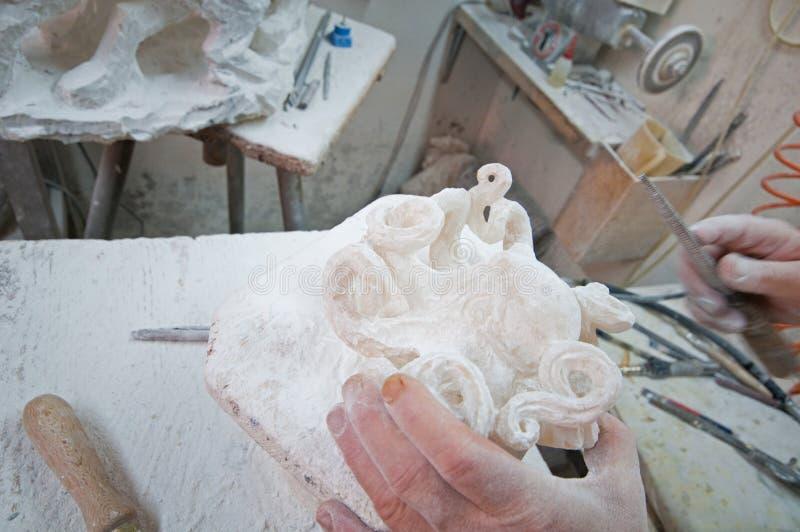 Artisan qui travaille l'albâtre Volterra photographie stock libre de droits