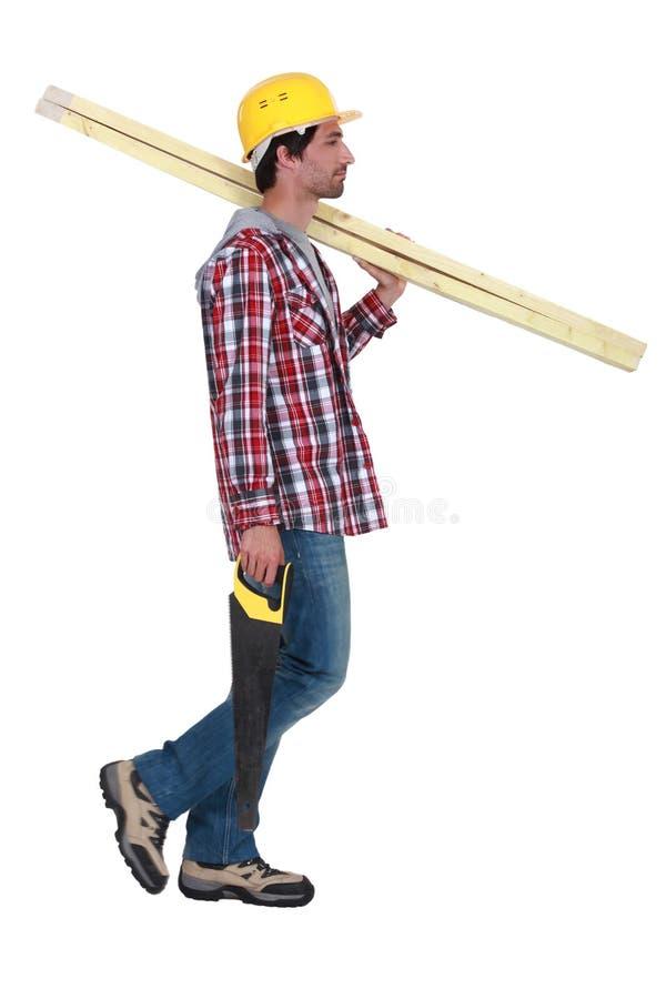 Artisan tenant les conseils en bois photo stock