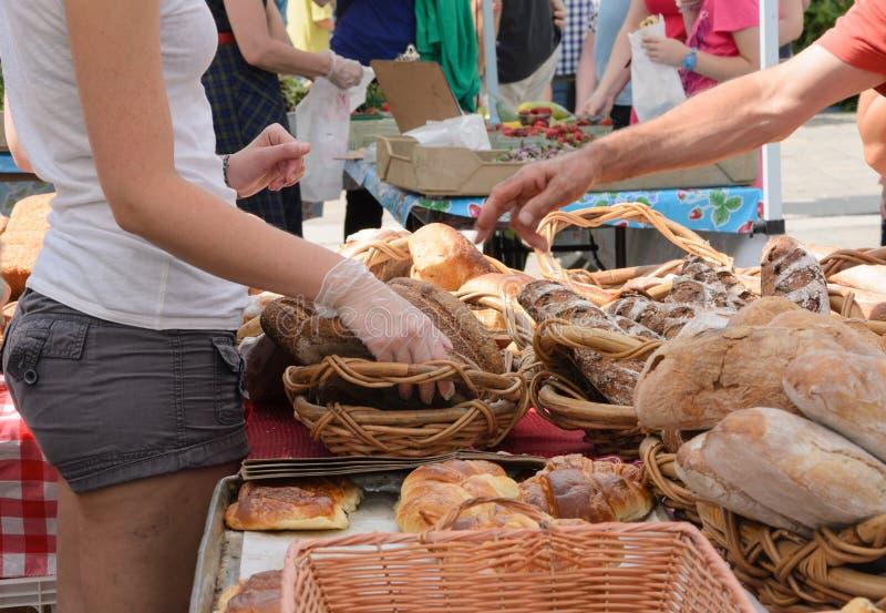 Artisanaal Brood bij Landbouwersmarkt stock foto's