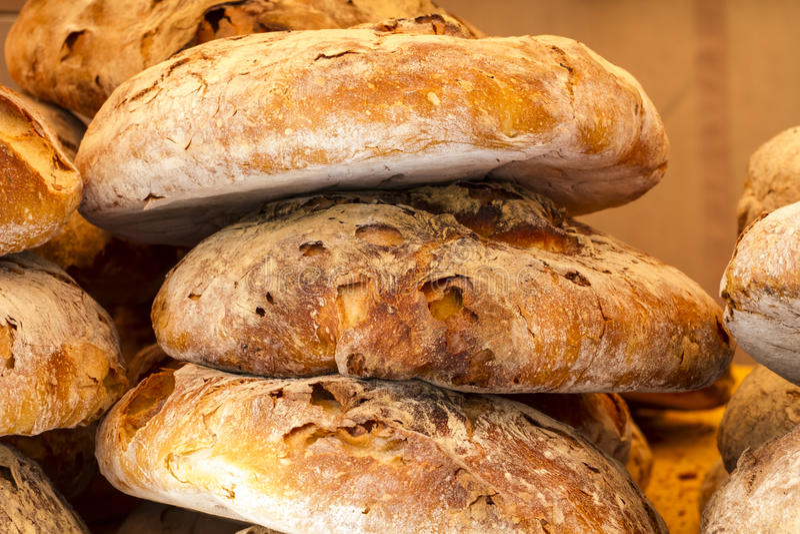 Artisanaal brood in een middeleeuwse markt, Spanje stock fotografie