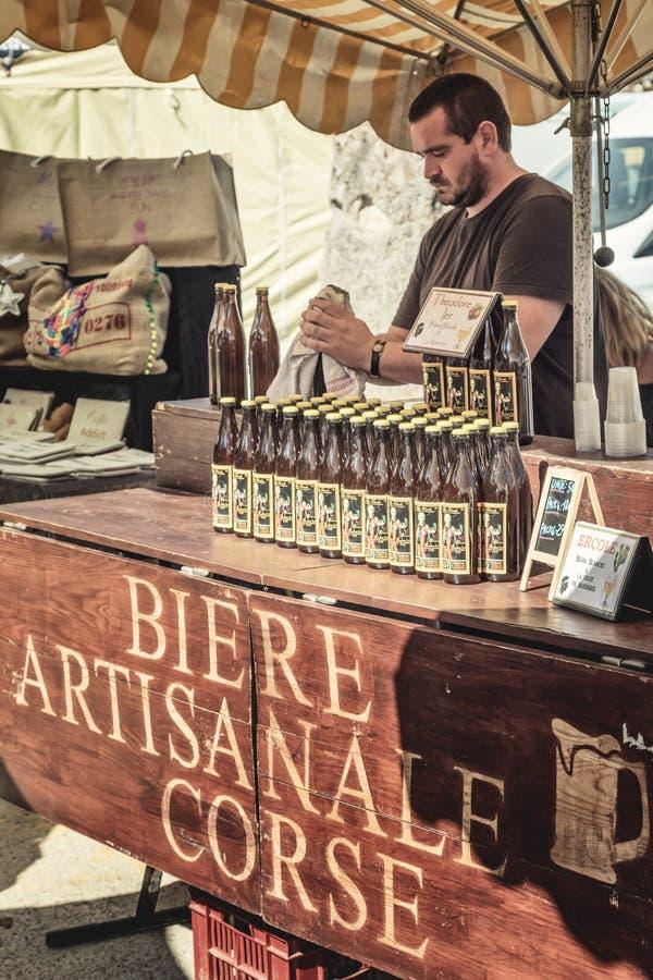 Artisanal öl som är till salu på hantverkaremarknaden i Ile Rousse fotografering för bildbyråer
